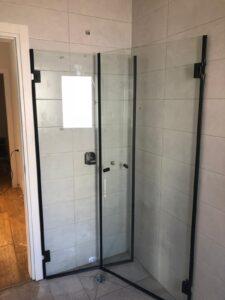 מקלחון זכוכית עם דלת הזזה